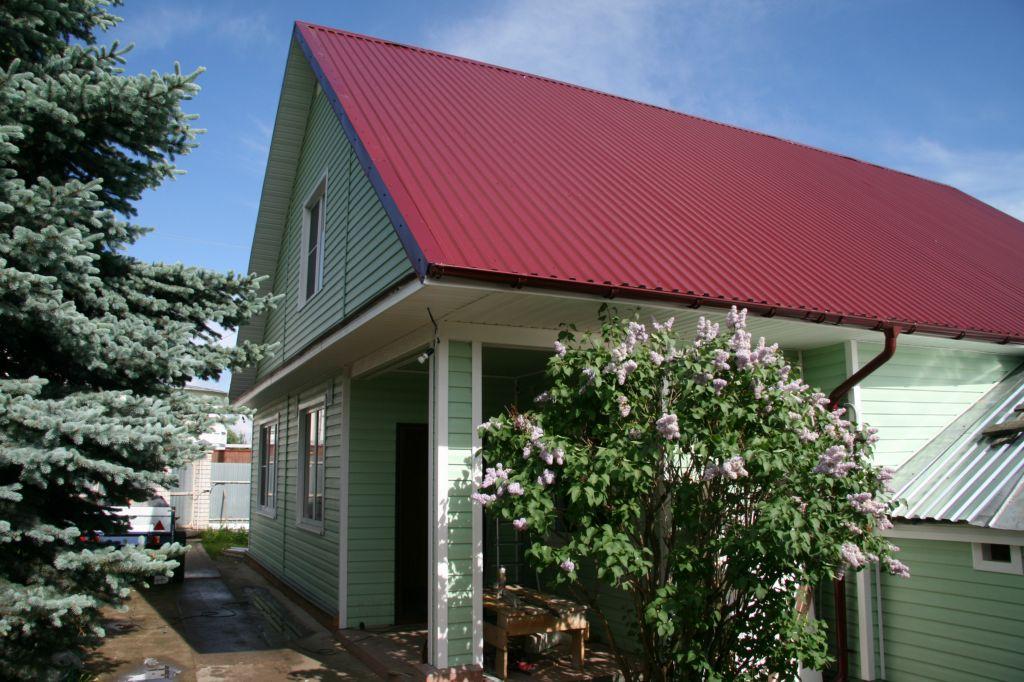Дом с крышей из профнастила.