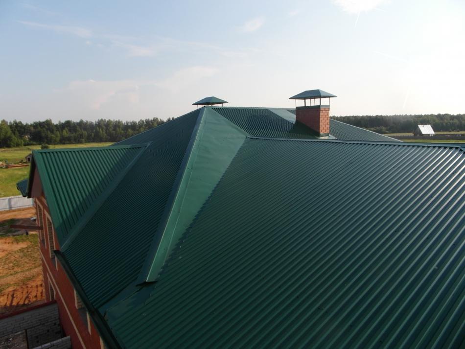 Крыша дома покрытая профнастилом.